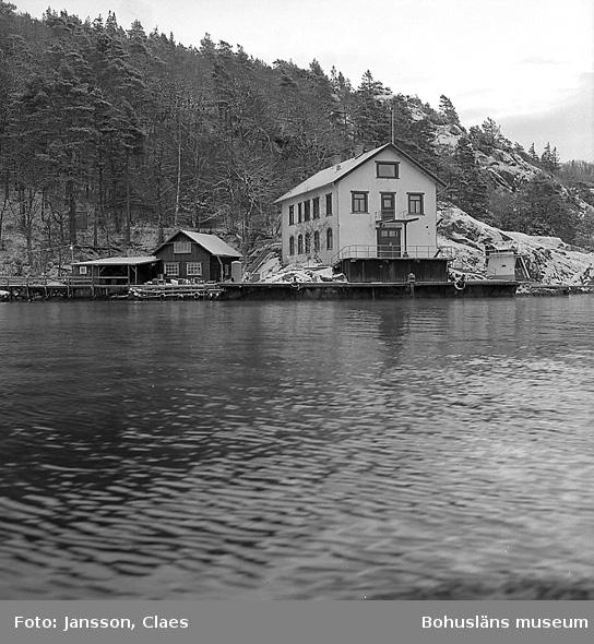 """Enligt uppgift: """"Bornö station från NNV. Till vänster om huvudbyggnad syns snickarboden och en slip""""."""