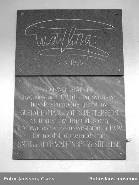 """Enligt uppgift: """"Minnestavla från Kungabesök år 1955. Den nedersta plattan tillverkad av granit från Bornö""""."""