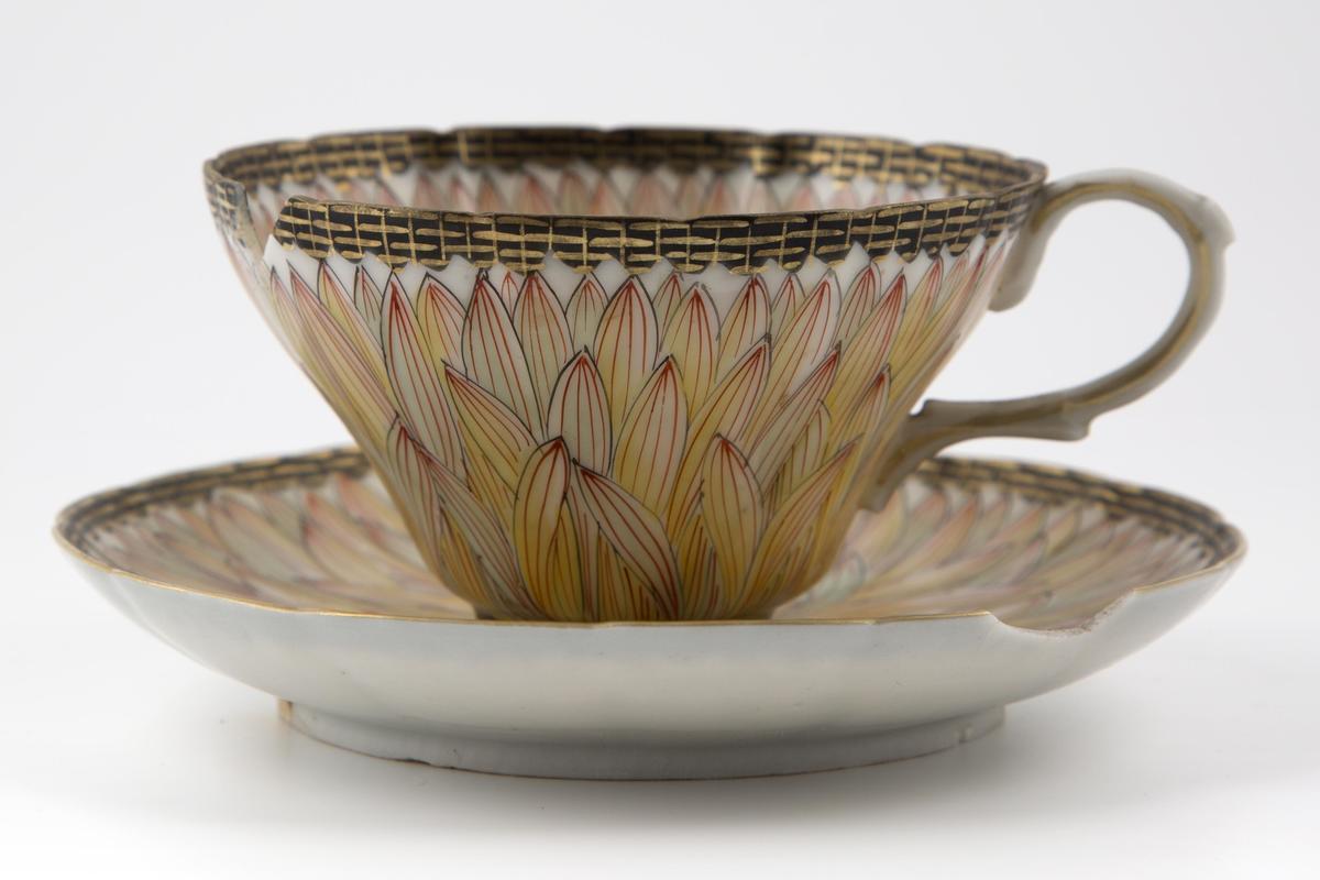 Tekopp med tilhørende fat, utført i porselen, dekorert med kantblomster
