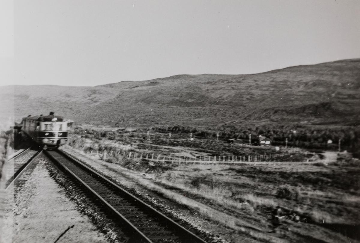 Dovreekspressen ankommer Vålåsjø stasjon.