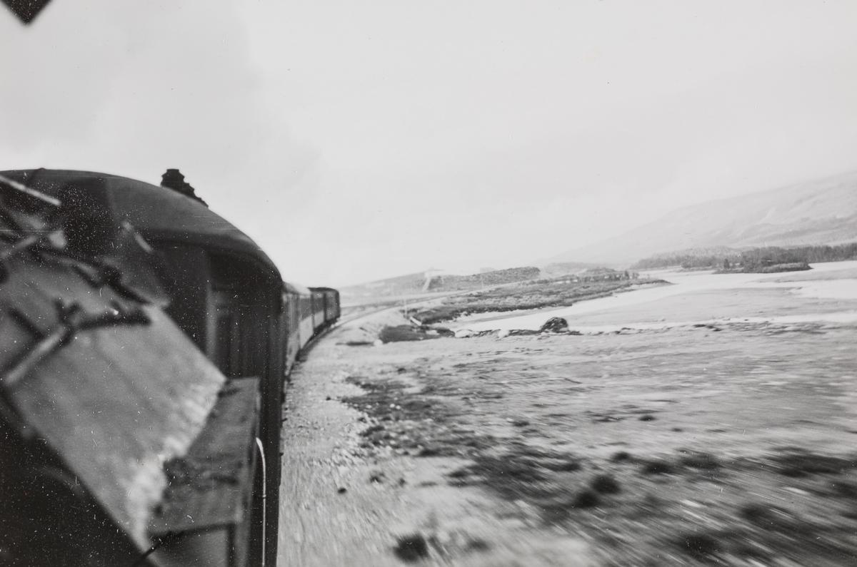 Sørgående nattog på Saltfjellet. Utsikt fra fyrbøterens plass på damplokomotivet.