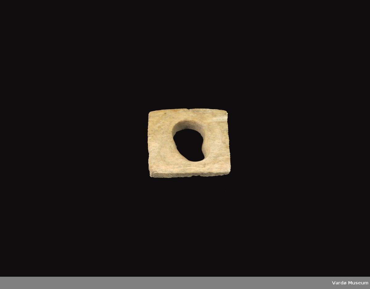 Firkantet og porøs, hull i midten 3,9 cm i diameter.