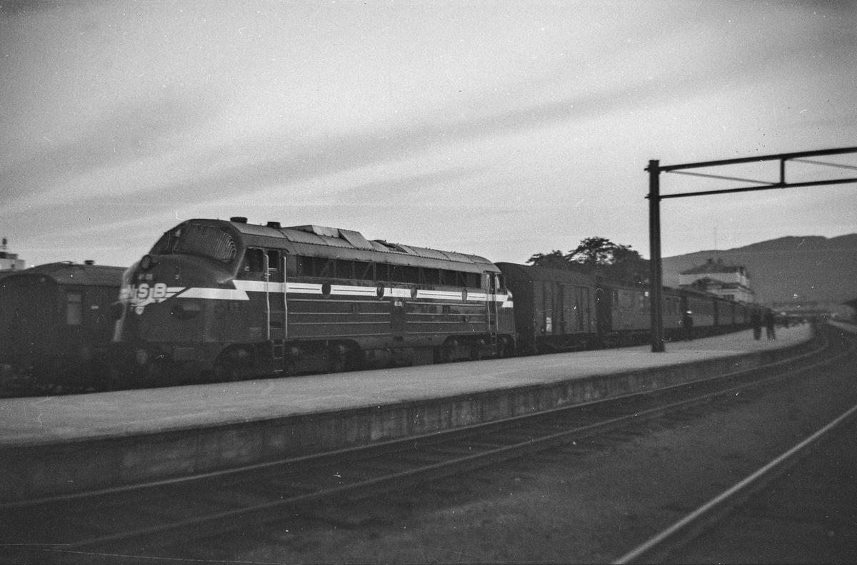 Dagtoget fra Trondheim  til Fauske på Trondheim stasjon. Toget trekkes av diesellokomotiv type Di 3 nr. 41.01.