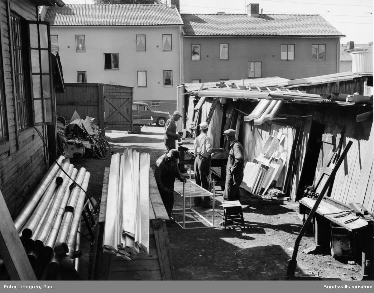 Interiörer och exteriörer från Smidt & Olssons plåtslageri, Nybrogatan 49, Södermalm.