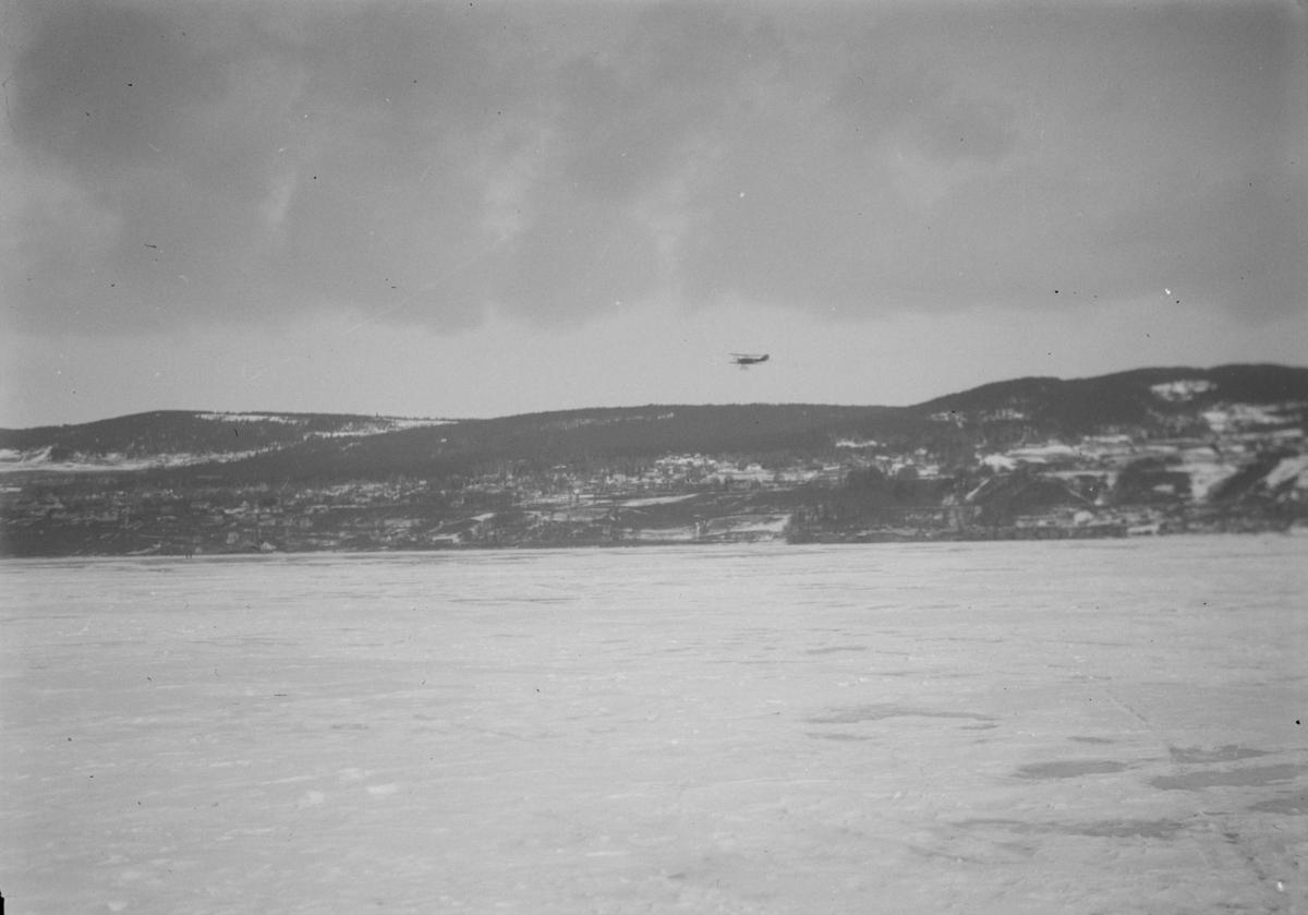 Fly over Mjøsisen ved Lillehammer. Biplan.