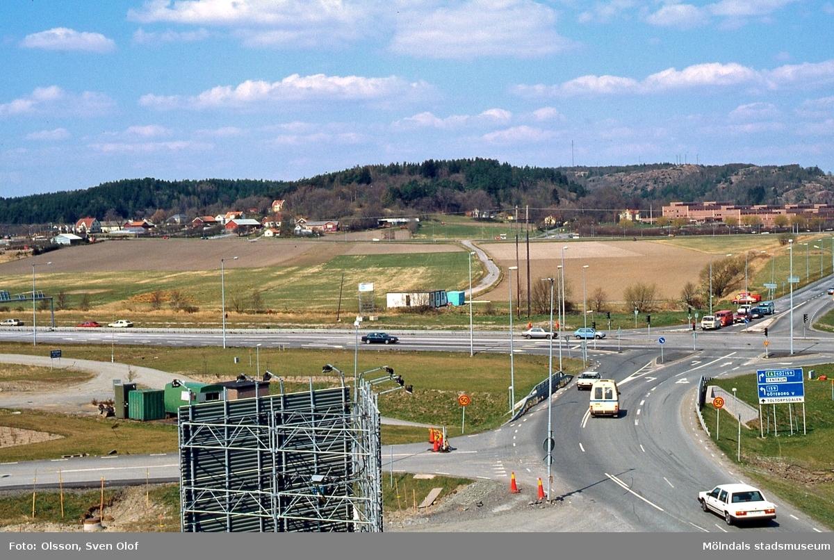 Vy från Balltorp över Söderleden mot Fässberg, Mölndal, i april 1991. Fässbergsmotet har ännu inte byggts. FD 4:26.