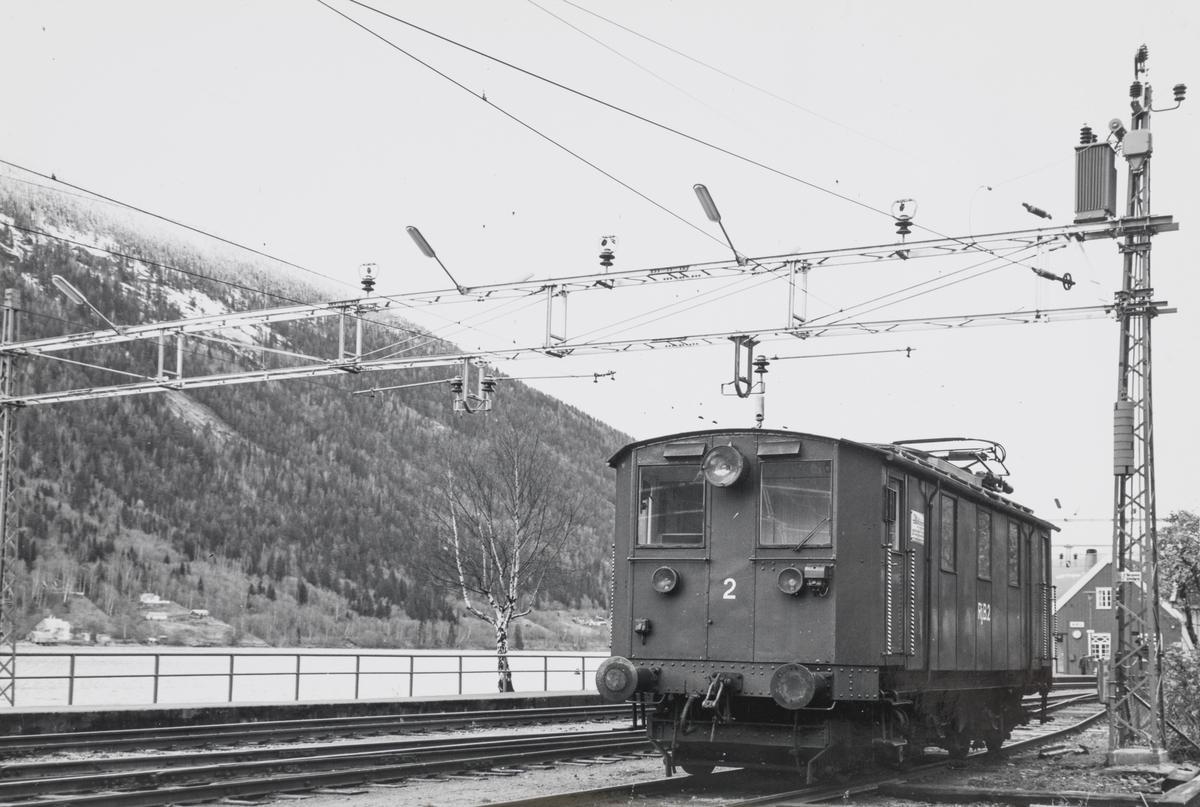 Rjukanbanens elektriske lokomtiv nr. 2 på Mæl stasjon på Rjukanbanen.