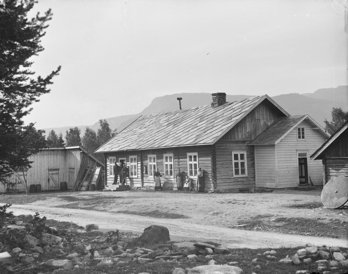 Tromsa-butikken i Myre, Tromsnes, Fåvang sentrum langs Nye Kongevegen med Årneskampen i bakgrunnen.
