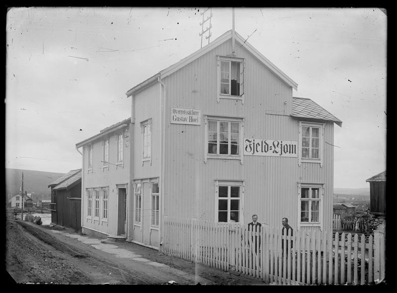 Redaksjons- og trykkelokalet for avisa Fjell-Ljom i 1917. Avbildede personer fra høyre: Ole H. Strømmevold (1881-1942) og Kristian Floor (1877-1926).