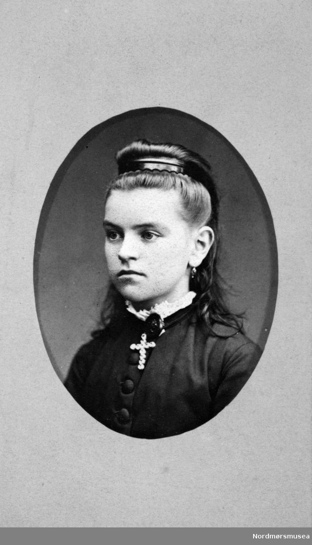 Portrett av en ung kvinne. Trolig fra Bjørn- eller Mølleropfamilien. Arkivskapere er Jeanette Møllerop (f. 1885) og byfogd August Benjamin Bjørn (f. 1853). Det er Ellen Sirnæs som har i 2018 donert fotografiene. Fra Nordmøre museums fotosamlinger.