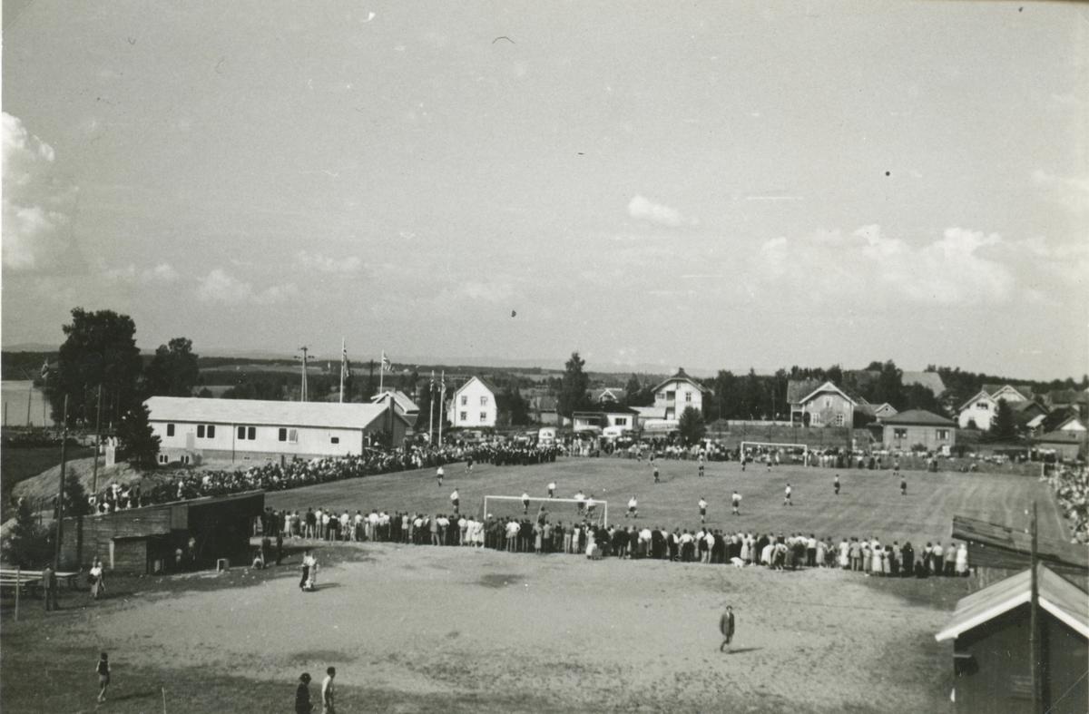 Fotballkamp mellom Haga fotballlag og Lillestrøm sportsklubb i forbindelse med Haga idrettsforening 40-årsjubileum i 1954.