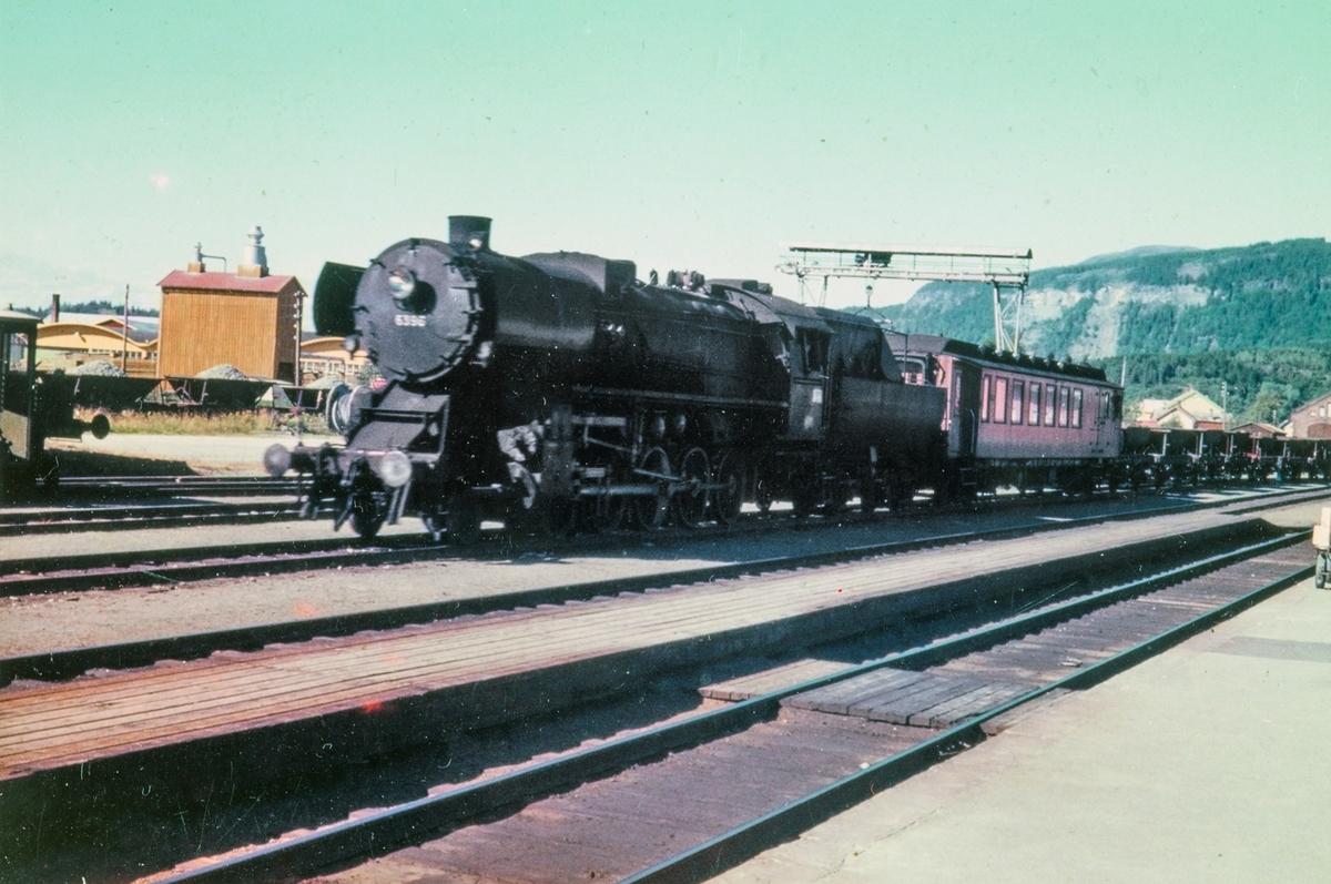 Arbeidstog ankommer Stjørdal stasjon. Toget trekkes av damplokomotiv type 63a nr. 6396.