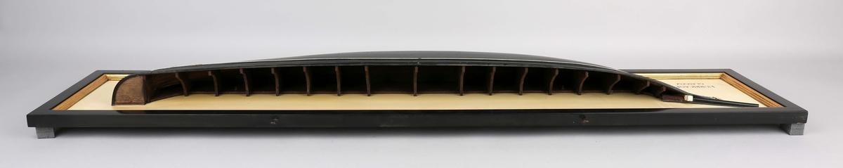 Halvmodell av seilskipet HURRICANE av Glasgow montert på treplate. Modell har forsiringer ved baugspyd, er uten dekk og med synlige spant.