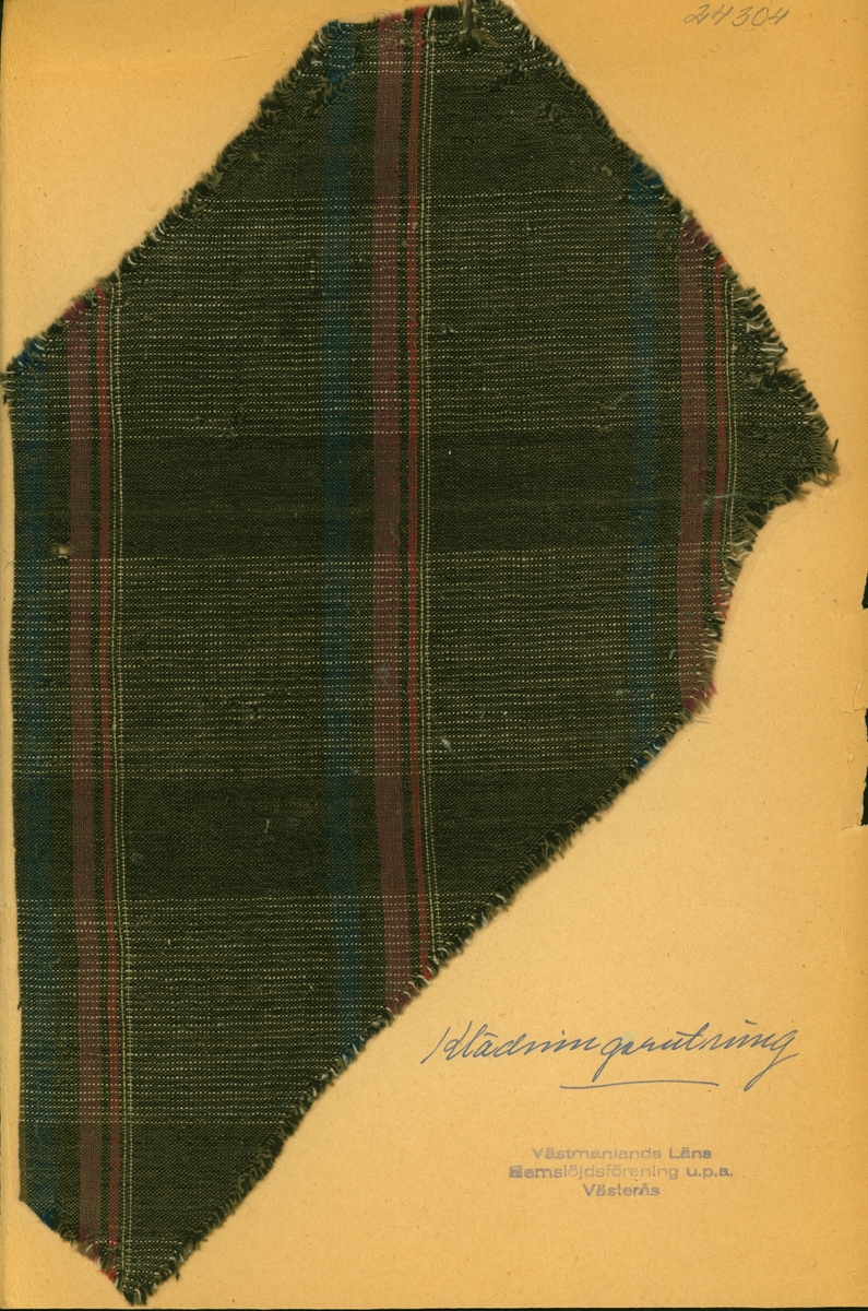 Anmärkningar: L; 213 B; 250 Vävprov av halvylle i tuskaft, rutigt. Bomullsvarpen är brun med smala vita ränder. Inslaget av ull är randat i lila, blått, vitt och rött på brun botten. Insamlad och skänkt av Olga Anderzon Västra Bergsgatan 8 Västerås.