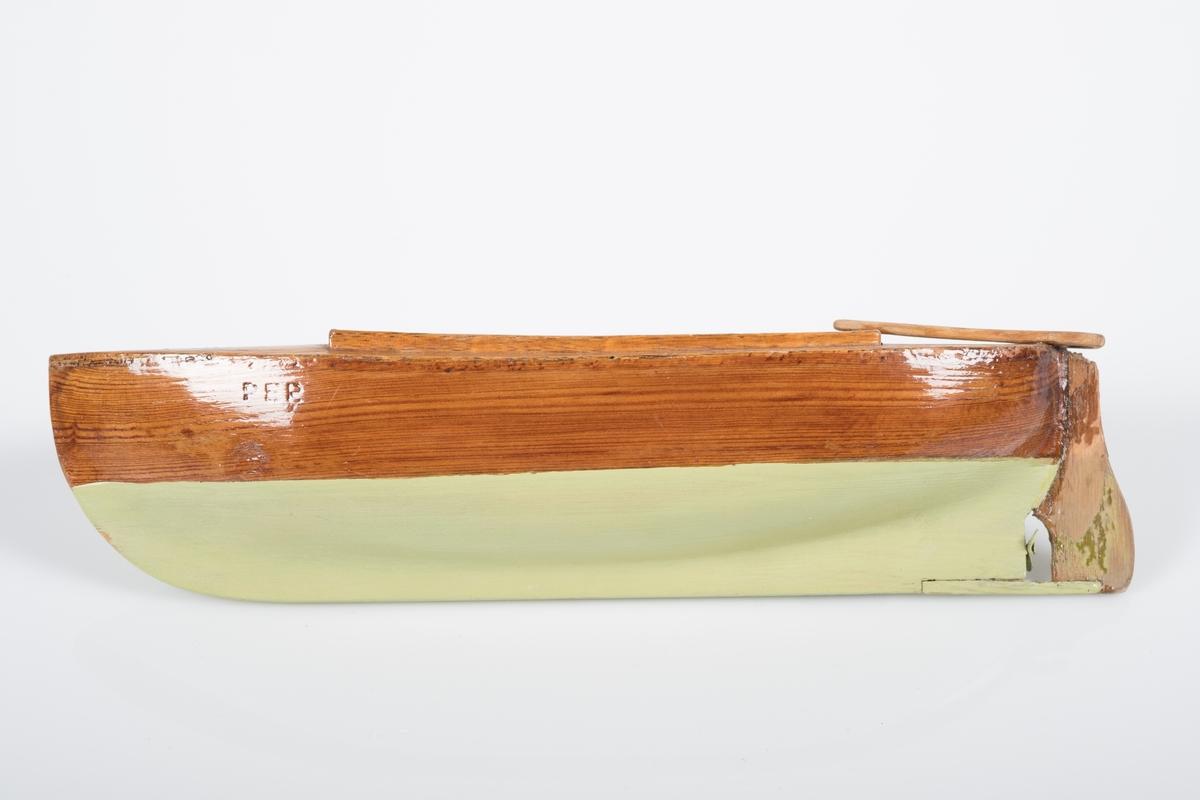 """Liten lekebåt i tre/ modell av sørlandssnekke med ror og en liten propoell. Båten er lakkert grønn under vannlinjen og navnet """"Per"""" er brent inn på begge sider."""