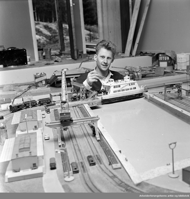 Mosseveien: Fornebo Dyrepark. Modelljernbane til 300.000 i Fornebos dyrepark. Bjørn Beising, framtidig stasjonsmester. August 1962