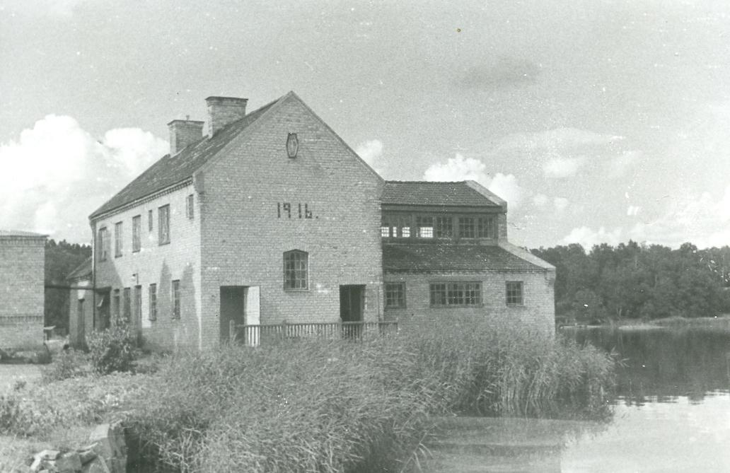 Exteriör. Kattholmen. Bredvid Kraftstationen byggdes ett Varmbadhus 1916.