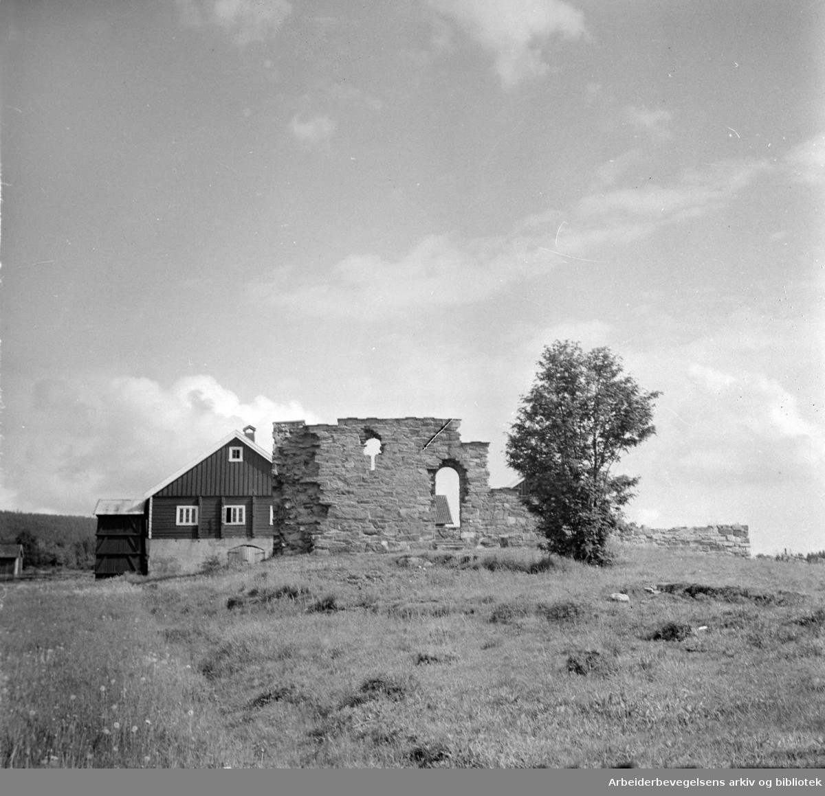 Maridalen: Ved Margaretakirkens ruiner. Juli 1957