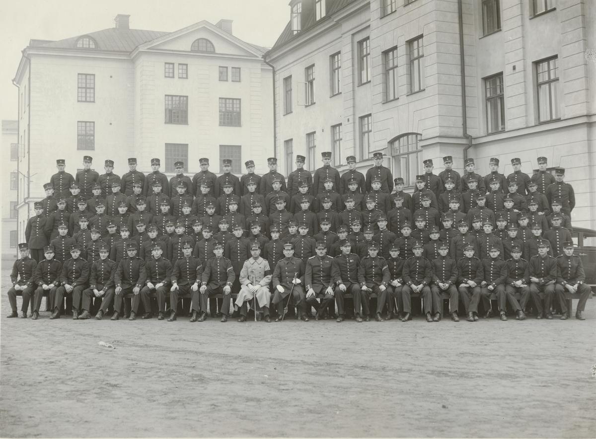 Gruppbild av soldater och officerare från Göta livgarde I 2 framför kasernbyggnad.