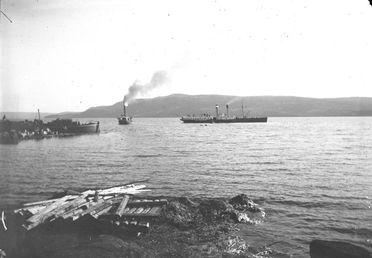 Ringstrand brygge, 1890-åra. Lekter, mjøsbåtene Thor, Kong  Oscar, dampbåt, Mjøsa. Lekter ved brygga lastet med sprittønner fra Strand brenneri?, lastekran, Ringsaker.