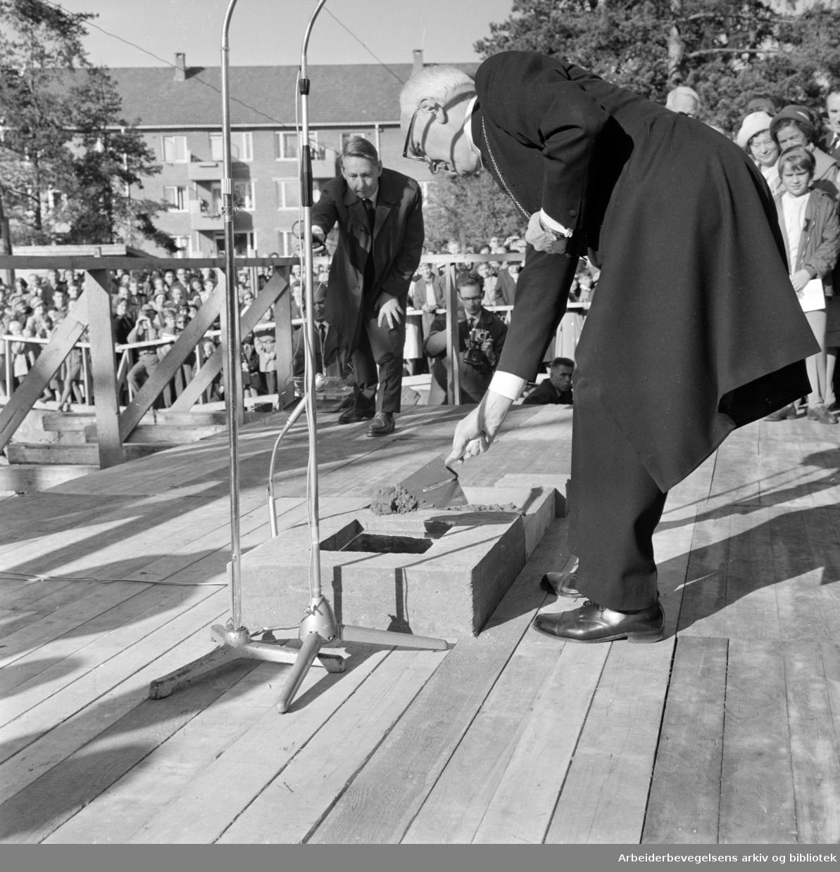 Lambertseter. Grunnsteinen for Lambertseter kirke ble lagt ned av biskop dr. Johannes Smemo. Arkitekt for bygget er Harald Hille. Oktober 1964