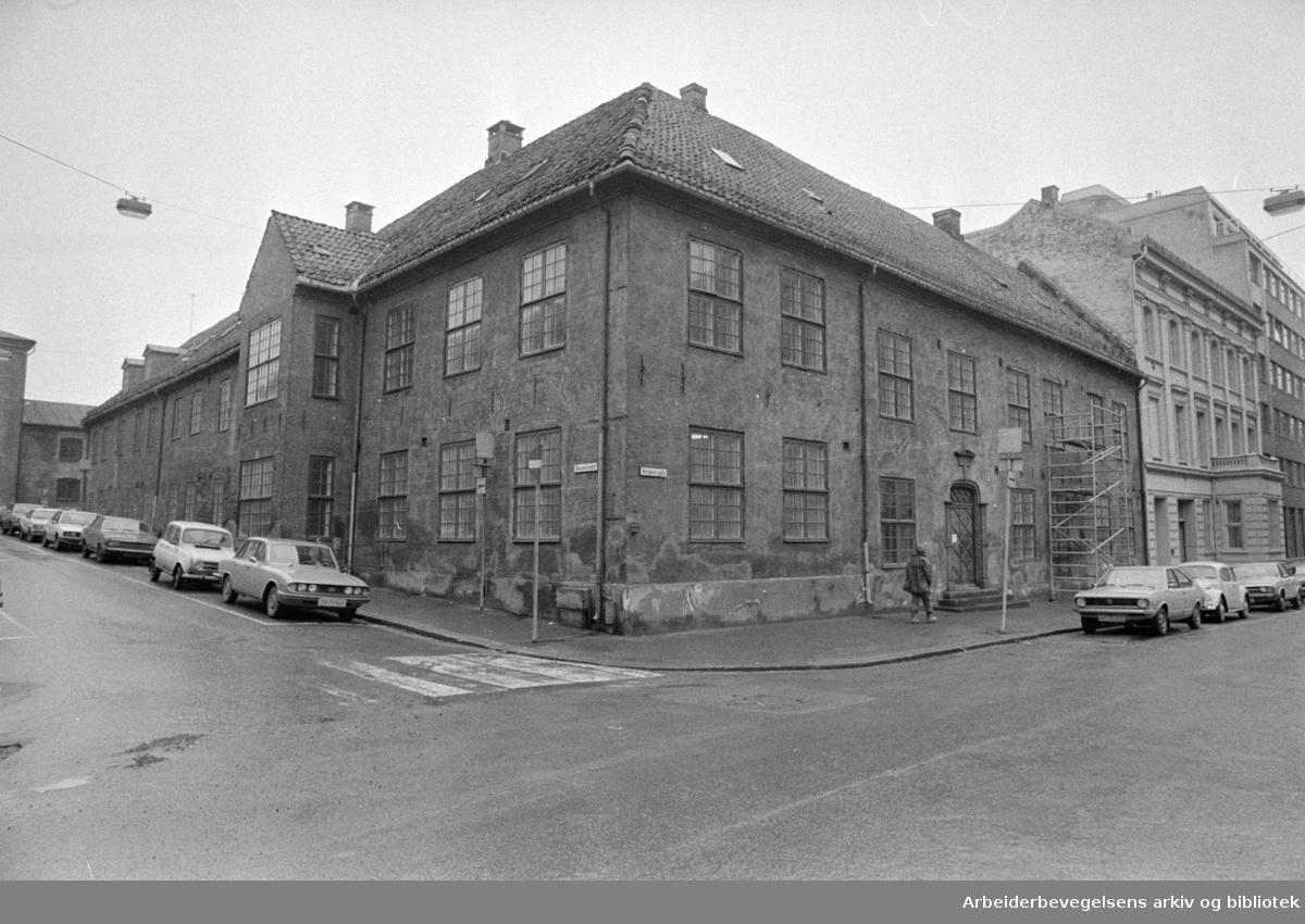 Kongens gate nr.1, der Riksteatret får sitt faste paulun i Oslo. Mars 1977