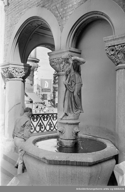 """Kirkeristen, fontenen. Skulpturen """"Kilden"""". Juli 1972"""