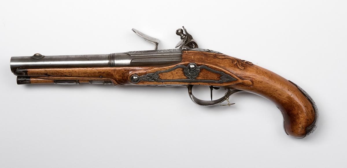 """Flintlåspistol signerad """"H. Domnerus"""". Total längd 33 cm, pipans längd 18 cm, slätborrad. Beslag av järn, kaliber 14 mm. Fördsedd med påhängd mässingsbricka märkt """"7""""."""