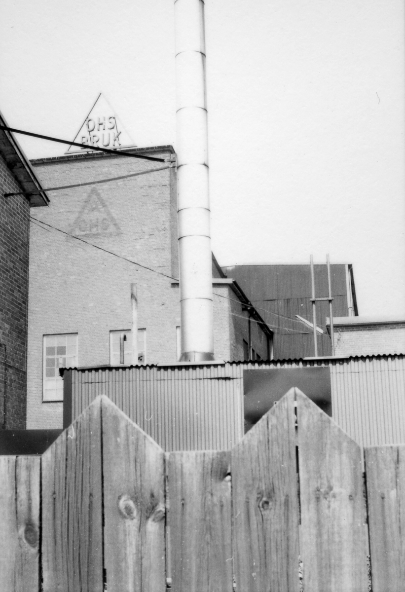 Bakom det gamla planket ligger fabriken i Ohs bruk.