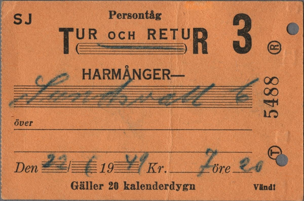 """Brun biljett med tryckt text i svart: """"SJ Persontåg TUR OCH RETUR 3 HARMÅNGER-Sundsvall C Den 22/6 1949 Kr. 7 öre 20 Gäller 20 kalenderdygn"""". Den ifyllda texten är handskriven med kulspetspenna i linjerade skrivfält. Det finns tomma skrivfält för ifyllnad av kompletterande uppgifter beträffande resvägen. Biljettens vänstra sida är perforerad. På höger sida, på högkant står ett stort """"T"""" och ett stort """"R"""", bägge inom en cirkel och biljettnumret """"5488"""" däremellan. Baksidan har texten """"Stämplas genast vid uppehåll."""" i överkant och därunder en tabell med fyra fält för stämpling beträffande fram- respektive återresa och texten """"Uppehåll"""" centrerat ovanför fälten. En biljettång har stansat två hål i biljetten.  Det finns tre dubbletter med andra resvägar, datum, pris och biljettnummer."""