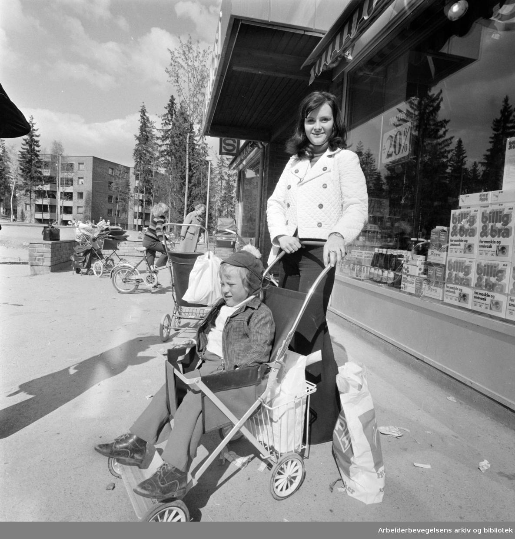 Ellingsrudåsen. Sted for barn og kvinner. Brit Johannessen med Tommy. Mai 1974