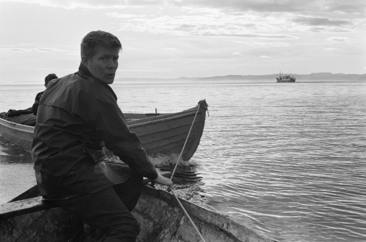En båt taues av to menn