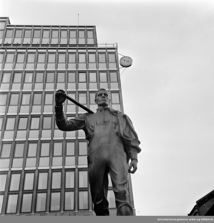Folkets Hus: Lysskilt med LO-emblem. Mars 1959