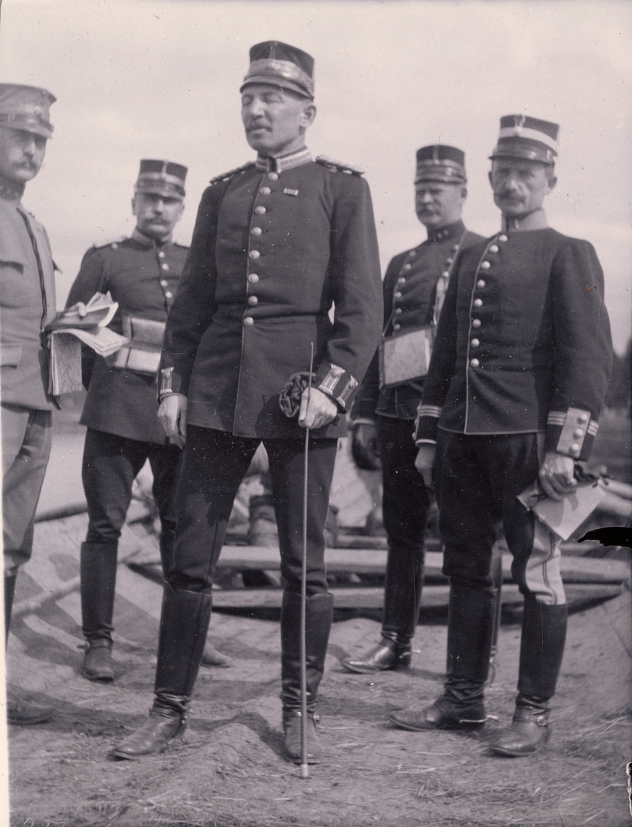 "Text i fotoalbum: ""Officeraren af Kåren. Von Arbin, Törnell, A. Sjögren, Rappe, Lie."""