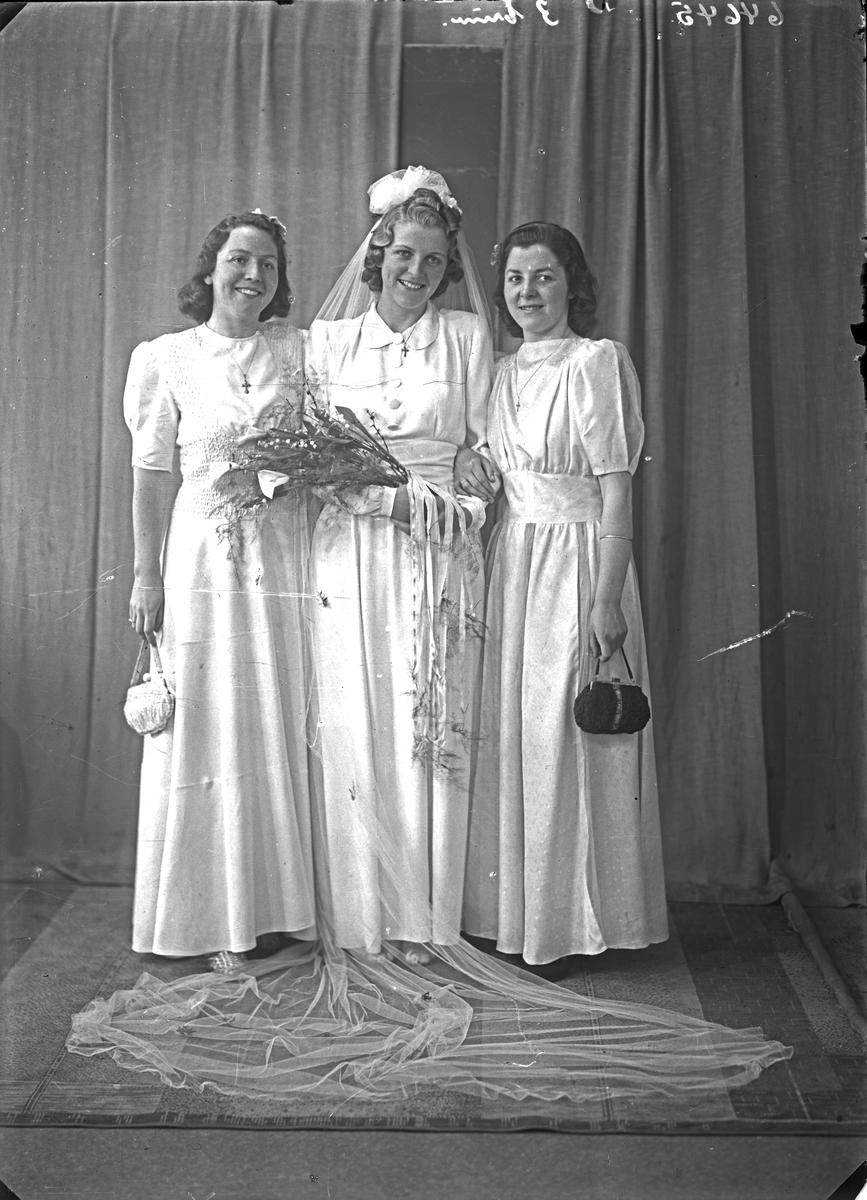 Portrett. Brud med to brudepiker. Bestilt av Loyd Myklebust. Sakkestad.