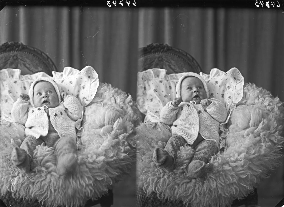 Portrett. Liten gutt, fotografert med og uten ytterklær. Bestilt av Rolf Knutsen. Breidablikgt. 67