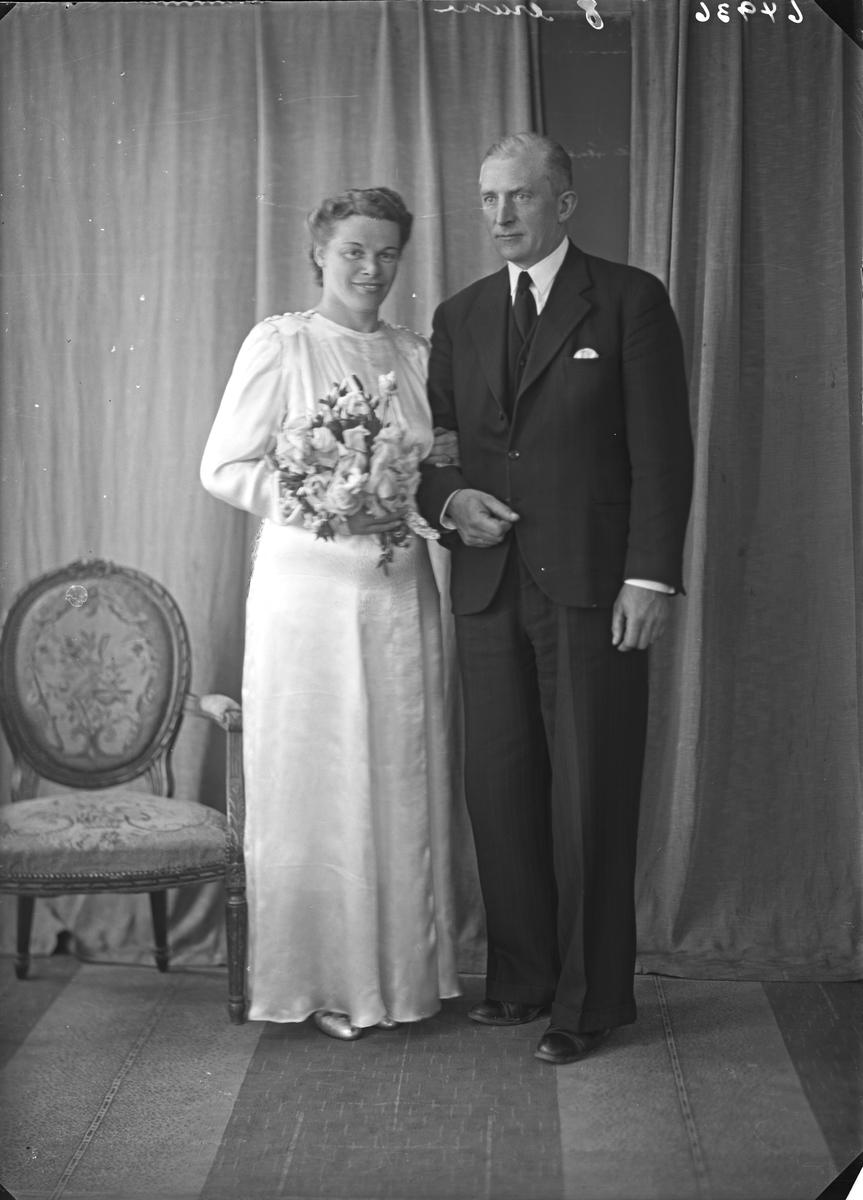 Portrett. Ung kvinne og ung mann. Brudepar. Bestilt av Tonning Berge. Avaldsnes