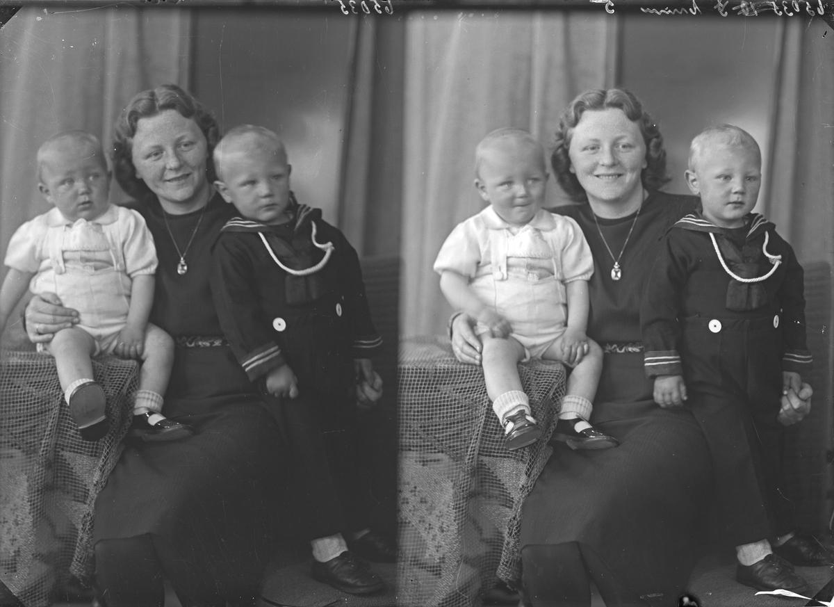 Gruppebilde. Familiegruppe på tre. Ung kvinne med to unge gutter på fanget. Mor med sønner. Bestilt av Magne Olsen. Viken. Torvastad.