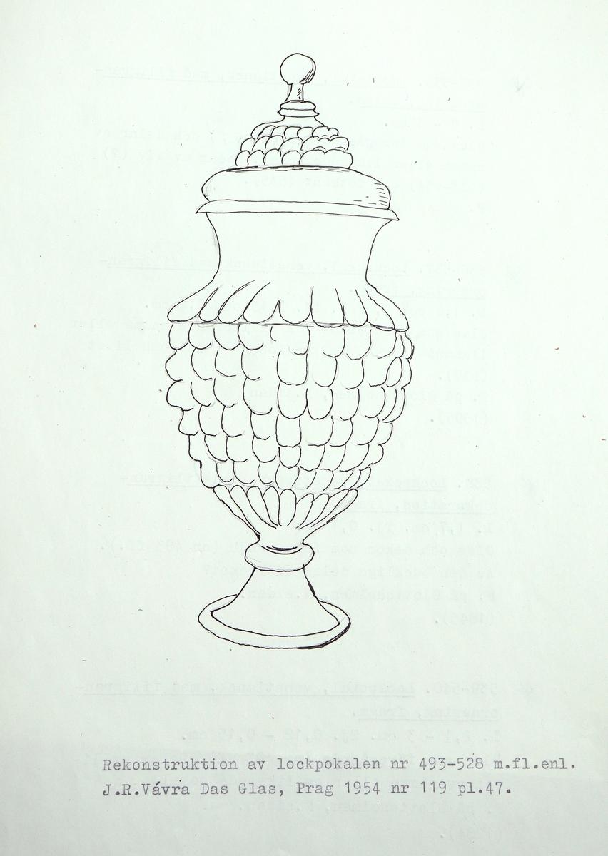 Fragment av en venetiansk lockpokal i gröntonat glas. Vit filigranornering i breda ränder, omväxlande med krysstrådbårder. Ser ut som M 17000: 493 - 504 och troligen tillhörande samma pokal. Delar av lockets nedre del? (M 17000: 505). Pokalens rand, dess liv resp, nedre del (M 17000: 509 - 515), noden (M 17000: 516 -525) samt foten (M 17000: 526 - 527).