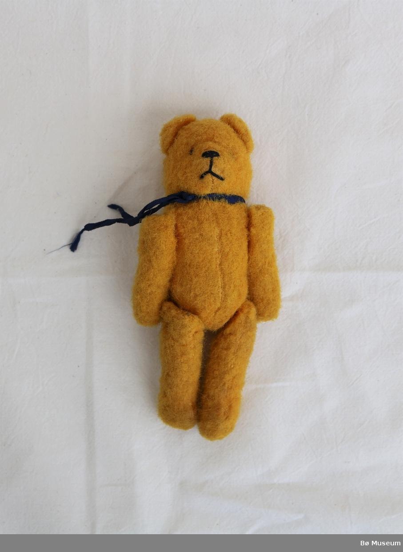 Bamse med band rundt halsen og påsydde armar og bein. Brodert snute.