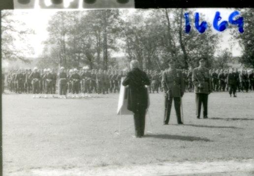 Regementets Dag 1958, A 6, Jönköping. Rocksjövallen. Lektor Olsson talar.