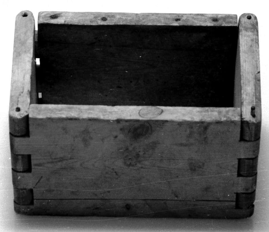 Osteform satt sammen av fire deler, to sideplater og to endeplater. Platene er satt sammen med sinking, og det er ført inn en plugg gjennom tappene slik at delene holdes sammen. Den ene sideplaten har knekt av en del på tvers som senere har blitt festet på plass med spiker. Formen har spor til bunnplate, men bunnplate mangler. Treverket er noe flekkete, men i god tilstand.