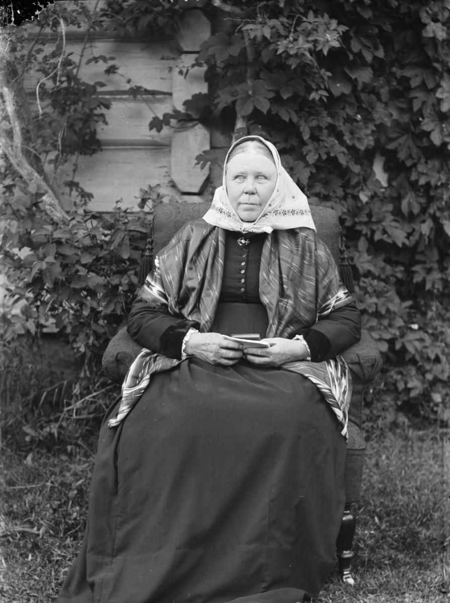 Portrett, helfigur, Kari Slette.