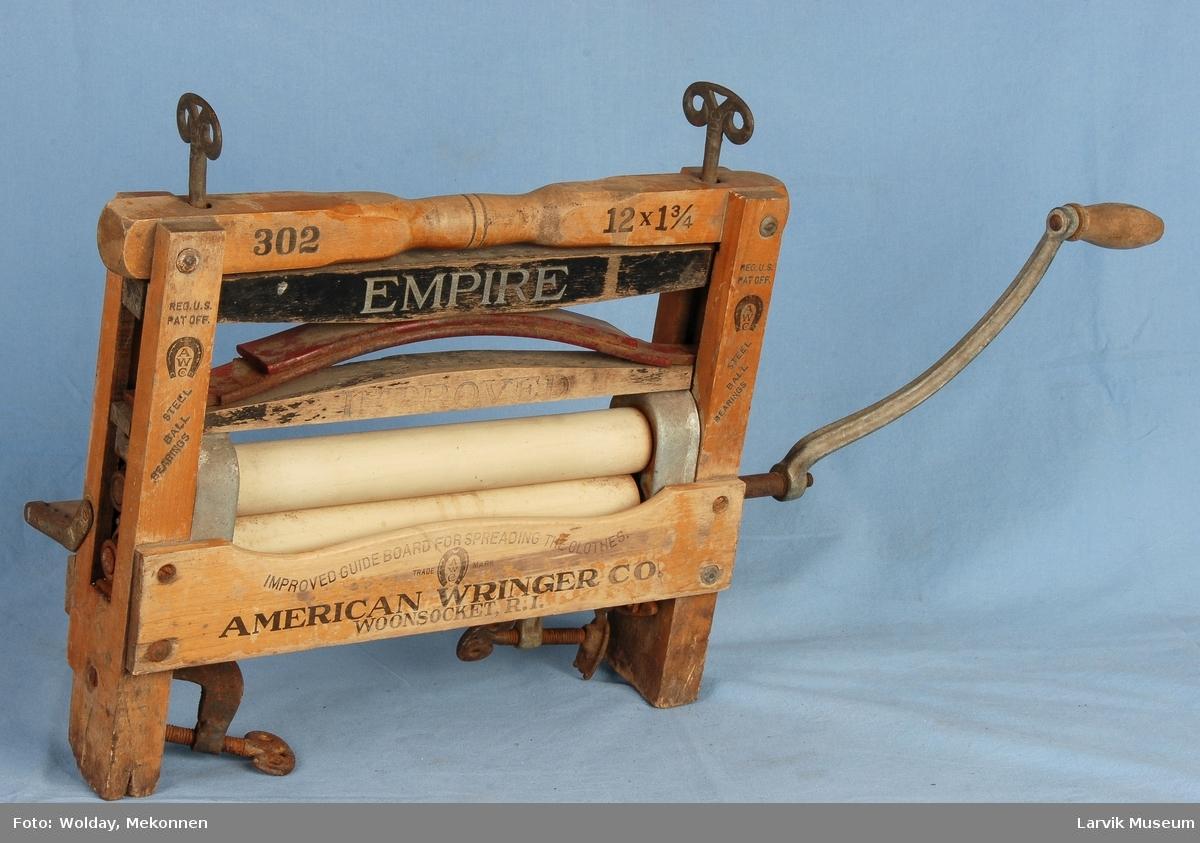 Form: En treramme med sveiv på siden. Denne sveiven driver to gummi ruller som er festet på tvers inni rammen. Det hele kan festes på et bord, og kan strammes ovenfra med stroe vingeskruer.