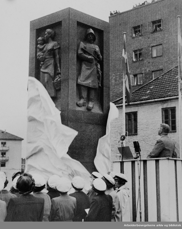 Advokat Dehlis Plass. Avdukning av monument over Advokat Ole Dehli. Juni 1946