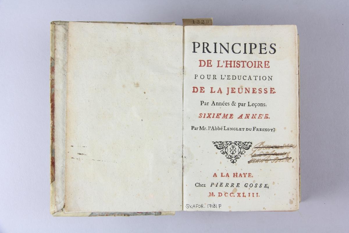 """Bok, halvpergamentband """"Principes de l´histoire pour  l´education de la jeunesse"""", del 6. Pärmar klädda med marmorerat papper, rygg och hörn av pergament. Rödstänkt skuret snitt."""