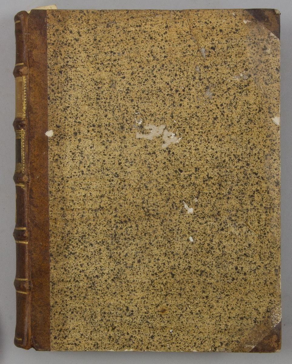 """Bok, halvfranskt band """"Le grand vocabulaire francois"""", del VI, utgiven i Paris 1768. Band med pärmar av papp med påklistrat stänkt papper, hörn och rygg av skinn med fem upphöjda bind med guldpräglad dekor, titelfält med blindpressad titel och ett mörkare fält med volymens nummer. Med stänkt snitt. Påklistrad etikett märkt med bläck """"No 2"""" samt etikett """"CIR COP""""."""