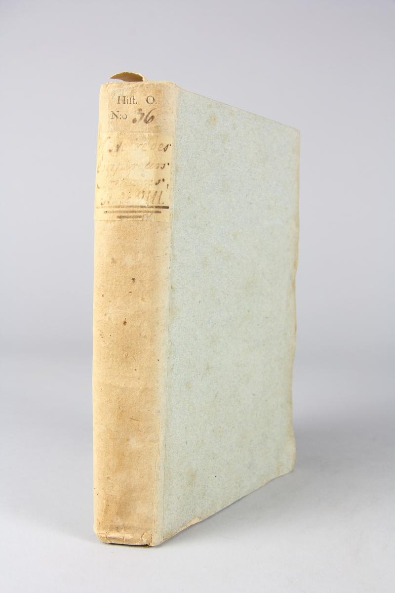 """Bok, pappband, """"Histoire des empereurs Romains depuis Auguste jusqu'à Constantin"""", del 8, skriven av Crévier, tryckt i Amsterdam 1753. Pärmarna klädda med gråblått papper, oskurna snitt. På ryggen titel och samlingsnummer."""