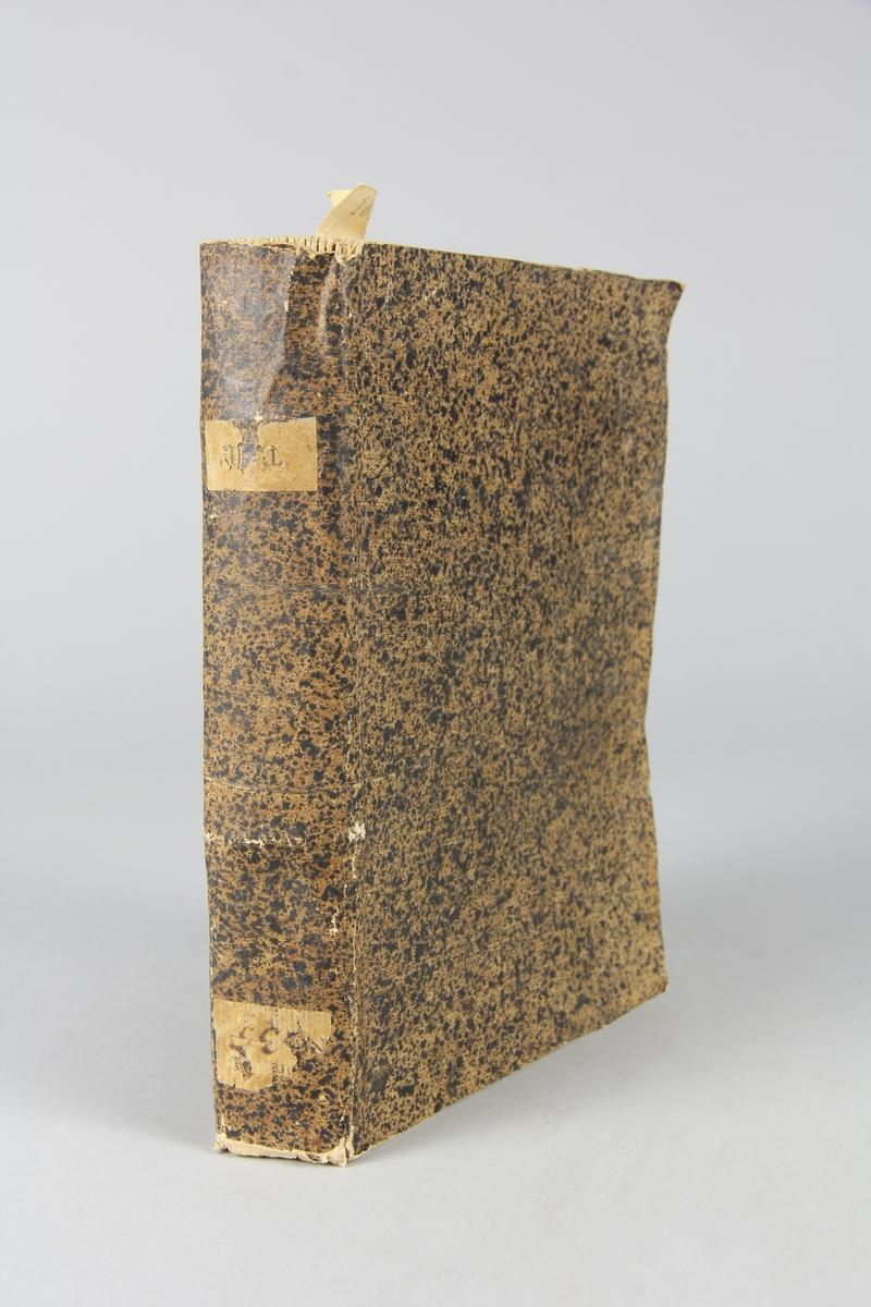 """Bok, pappband,""""Ouvrajes de morale et de politique"""", del 13 tryckt 1737 i Rotterdam. Pärmen klädd med brunt, stänkt papper, oskurna snitt. På ryggen klistrade pappersetiketter med samlingsnummer samt volymens nummer, oläsligt."""