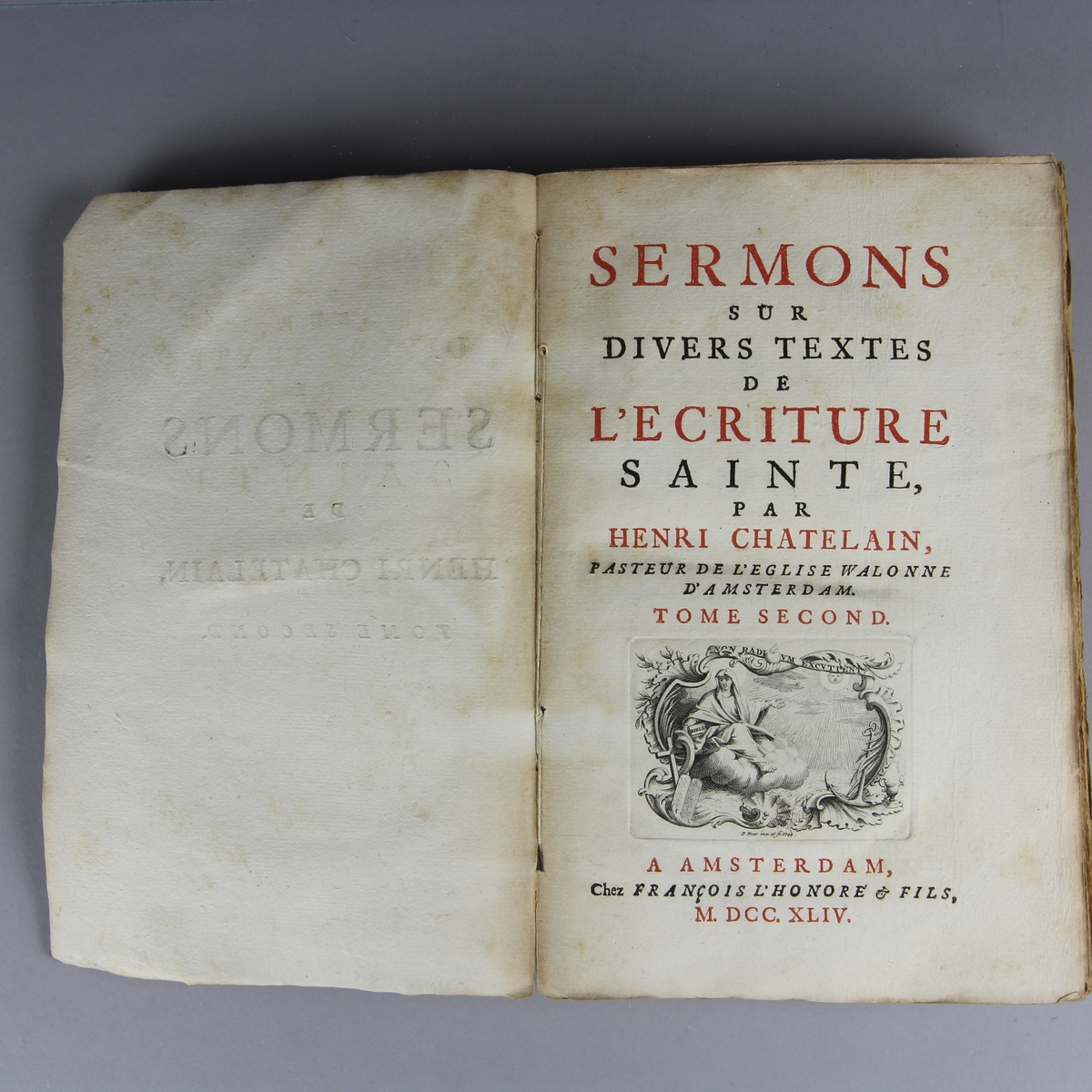 "Bok, häftad, ""Sermons sur divers textes de l´écriture sainte"". Pärmar av marmorerat papper, oskuret snitt."